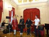 Живая музыка: группа с индийским ситаром