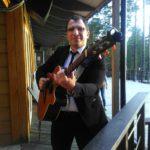 Гитарист Павел Илюшин перед выступлением на мероприятии