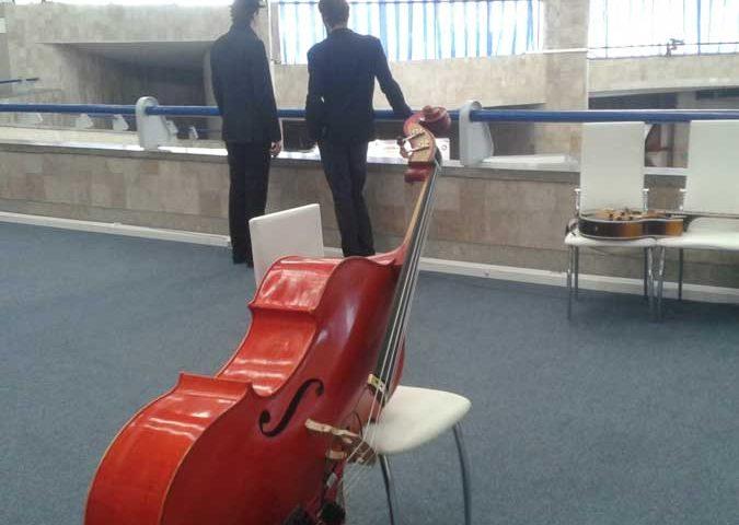 музыканты участвуют в оформлении выставки