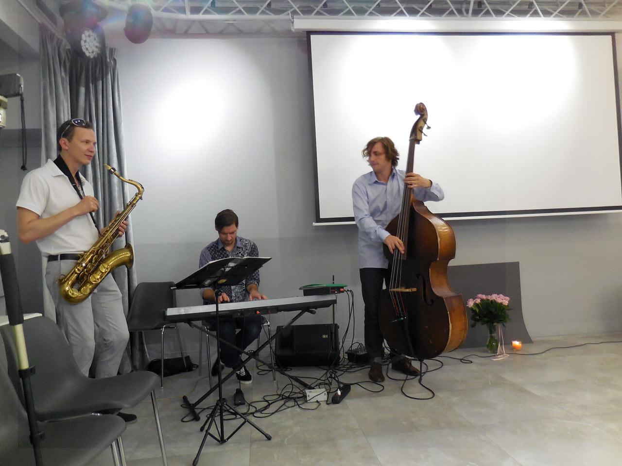 Трио с саксофоном, контрабасом и клавишным инструментов