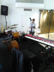 Музыканты на пути к сцене